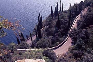 am Westufer der Gardisana occidentale am Gardasee, Italien