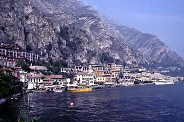 der reizvolle Hafen von Limone an der westlichen Steilküste des Gardasees, Italien