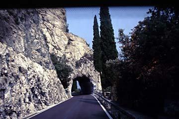 die Straßen haben viele Tunnel am steilen Westufer des Gardasee