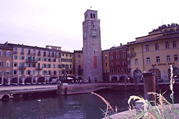 der Uhrturm an der Bucht zu Riva am Nordende des Gardasee, Italien