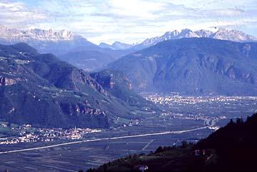 Aussicht vom Gampenpass auf die Dolomitenberge, das Etschtal und Bozen, Norditalien