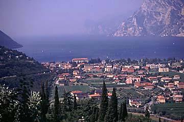 Aussicht auf den bekannten Surferort Torbole am Gardasee, Italien