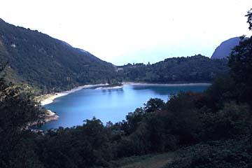 der Tennosee (Lago di Tenno) nördlich des Gardasee in Norditalien