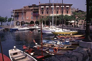 der Hafen von Torri del Benaco am Gardasee, Oberitalien