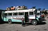 Ein Bus auf dem Busbahnhof von Huehuetenango in Guatemala