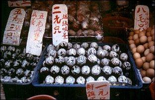 100 jähringe Eier auf dem Markt in Hong Kong, China