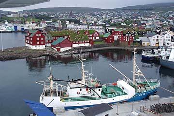 Hafeneinfahrt mit Blick auf Torshavn, Hauptstadt der Färör-Inseln