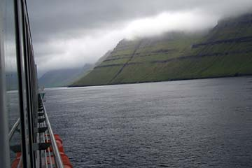 Färöer-Inseln im Nebel von cer Fähre aus