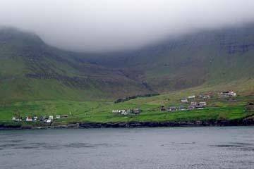 Färöer-Inseln im Nebel von der Fähre aus
