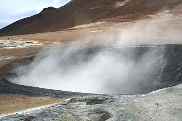 es dampft und bordelt im Solfatarenfeld Namaskaro in Islands Norden
