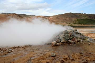 heißer Dampf im Solfatarenfeld Namaskaro im Norden von Island