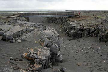 Brücke zwischen 2 Kontinenten (Europa und Amerika) bei Stora Sandvik, Island, Südwesten