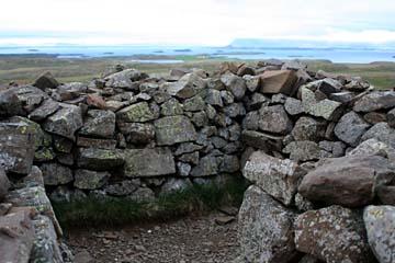 Ruinenreste eines alten Klosters auf dem Berg Helgafell, Westisland