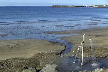 heiße Dusche am Stand von Akranes, Island, Westen