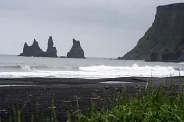 Reynisdrangar-Felsen im Atlantik bei Vik i Myrdal im Süden von Island