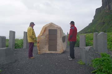 deutscher Gedenkstein am Strand von Vik i Myrdal, Südisland