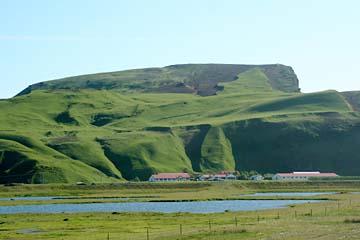grüne Felslandschaft bei Vik i Myrdal, Südisland