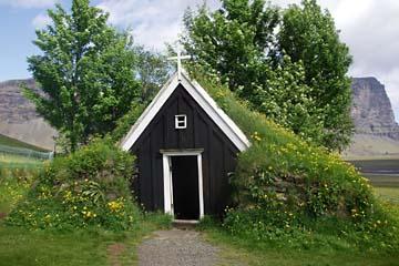 Torfhof Nupsstadur mit Kirche im Süden von Island