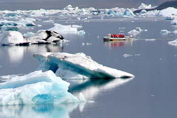 Amphibienboot auf der Gletscherlagune Jökulsarlon, Ostisland