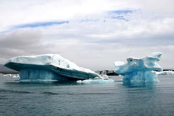ganz nahe an den Eisschollen, mit dem Boot auf der Gletscherlagune, Ostisland