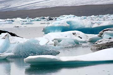 treibende Eisschollen in der Gletscherlagune Jökulsarlon, Ostisland