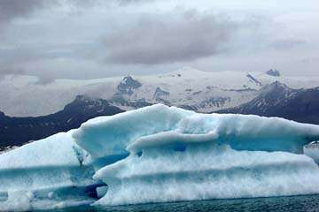 große Eisschollen treiben in der Gletscherlagune Jöulsarlon, Ostisland