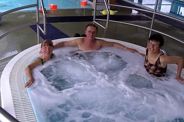 """im """"Hot Pot"""" in der Schwimmhalle in Djupivogur, Ostisland"""