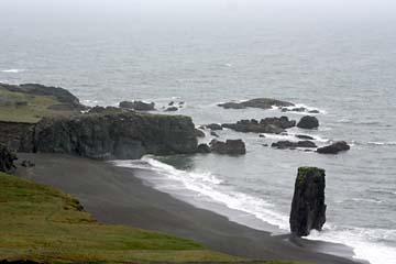 schwarze Sandstrände am Atlantik im Osten von Island