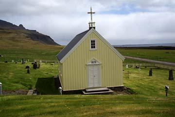 Kolfreyjustadur-Kirche am Faskrudsfjördur in Ostisland