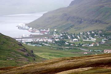 Blick auf Seydisfjördur am gleichnamigen Fjord, Ostisland