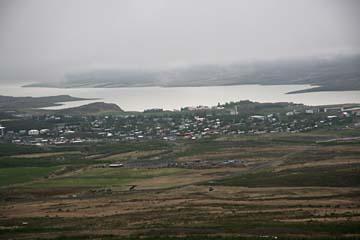 Blick auf Egilsstadir im Nebel, Island