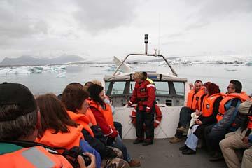 mit dem Amphibienboot auf der Gletscherlagune Jökulsarlon, Ostisland