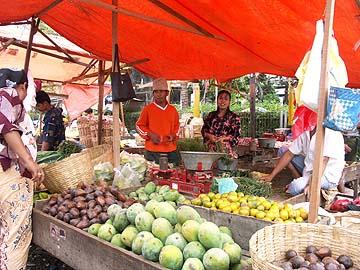 Marktstände an den Strassen von Surabaya, Ostjava