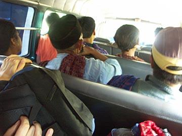 mit dem Minibus geht es von Probolinggo zum Mt. Bromo, Ostjava