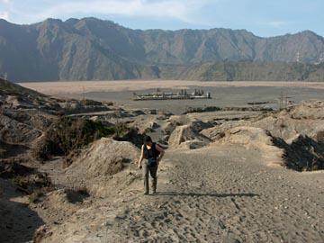 auf dem Weg zum Kraterrand des Bromo im Osten von Java