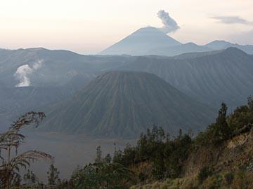die Aussicht am Bromo kurz vor Sonnenaufgang, Java in Indonesien