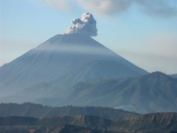 der Vulkan Semeru ist der höchste Berg von Java