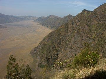 der Kraterrand des Tengger, der die Vulkane um den Bromo umschließt, Java