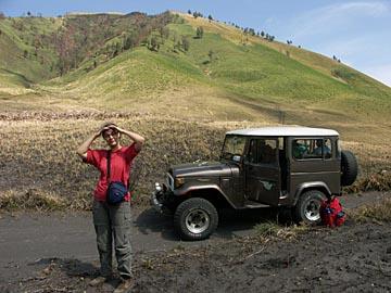 auf der Fahrt durch das Sandmeer des Bromo mit dem Allrad-Jeep, Java