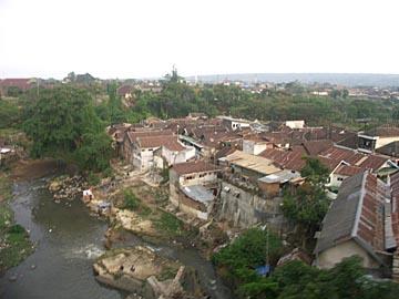 beim Blick aus dem Zug sieht man meist Siedlungen oder Reisfelder, Java