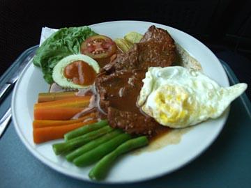 unser teueres Essen im Zug nach Yogyakarta, Java