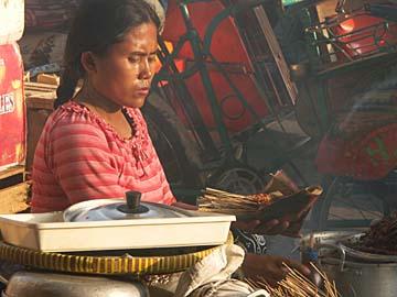 eine Sate-Verkäuferin an der Straße in Yogyakarta, Zentraljava