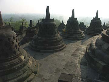 auf den oberen Ebenen des Borobudur-Tempels hat man eine tolle Aussicht, Java