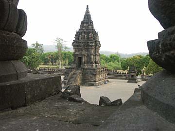 zwischen den Tempel-Türmen des hinduistischen Prambanan, Zentraljava
