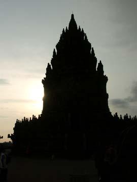 die Shilouette des Prambanan Tempel im Gegenlicht, Java