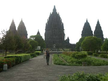 die markante Kullisse des hinduistischen Prambanan-Tempel nähe Yogyakarta, Java