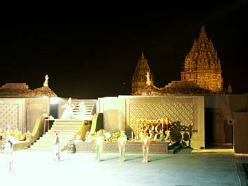 die Ballet-Kulisse vor den beleuchtenten Prambanan-Tempeln, Java