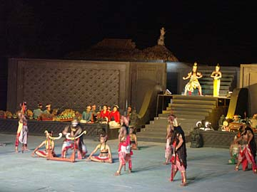 das Ramayana-Ballet fürht vor der Kulisse des Prambanan Balleet auf, Zentraljava