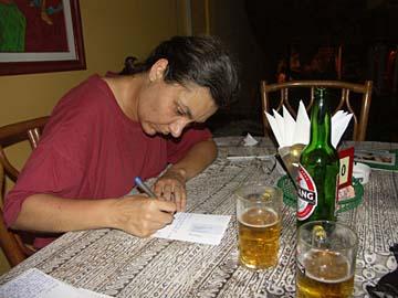 beim Poskarten schreiben nach dem Abendessen in Yogyakarta, Java