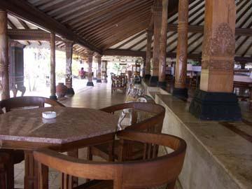 an der luxuriösen Terasse des Hotels Queen of the South in Parangtritis, Java